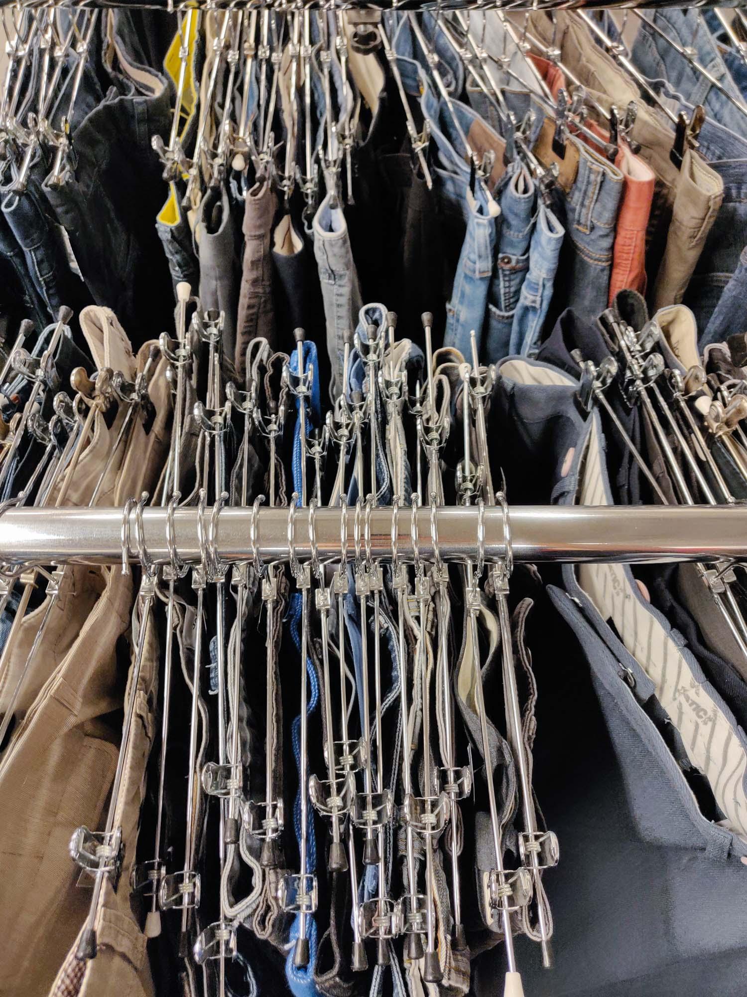 Genbrugstøj på stativ i fysisk butik - ikke online